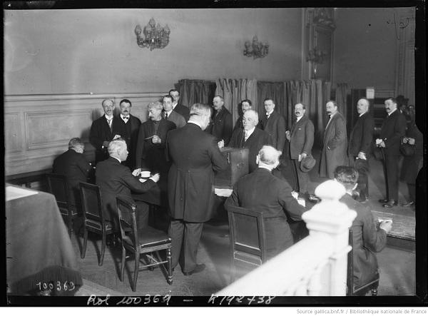 photo d'un bureau de vote à Paris en 1925